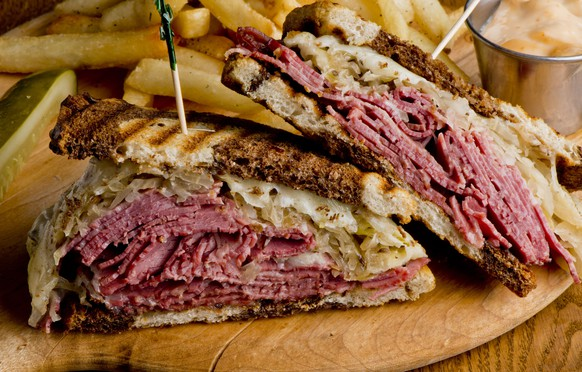 reuben sandwich corned beef sauerkraut swiss cheese rye bread roggenbrot usa deli food street food kochen essen
