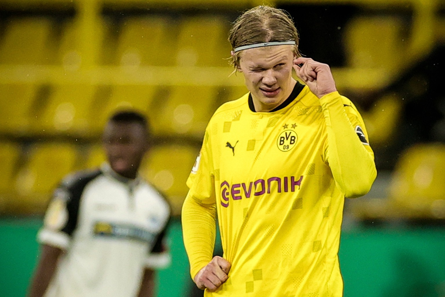 epaselect epa08982713 Dortmund's Erling Haaland reacts after scoring the 3-2 lead during the German DFB Cup round of 16 soccer match between Borussia Dortmund and SC Paderborn 07 in Dortmund, Germany, 02 February 2021.  EPA/FRIEDEMANN VOGEL / POOL CONDITIONS - ATTENTION: The DFB regulations prohibit any use of photographs as image sequences and/or quasi-video.