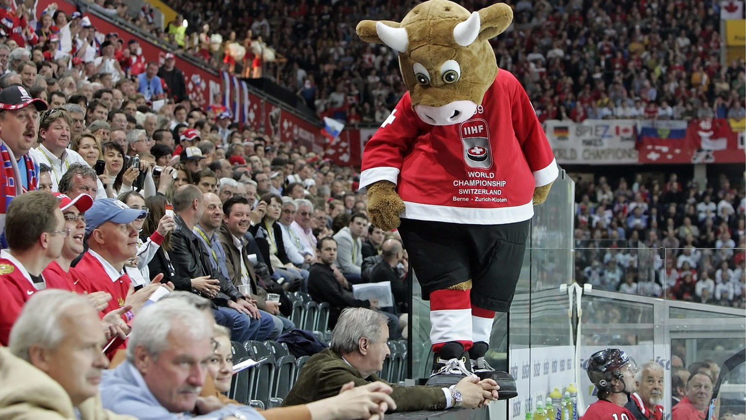 Cooly, the mascot of this championships, during the Gold Medal Game between Russia and Canada at the IIHF 2009 World Championship at the Postfinance-Arena in Berne, Switzerland, on Sunday May 10, 2009. (KEYSTONE/Patrick B. Kraemer)