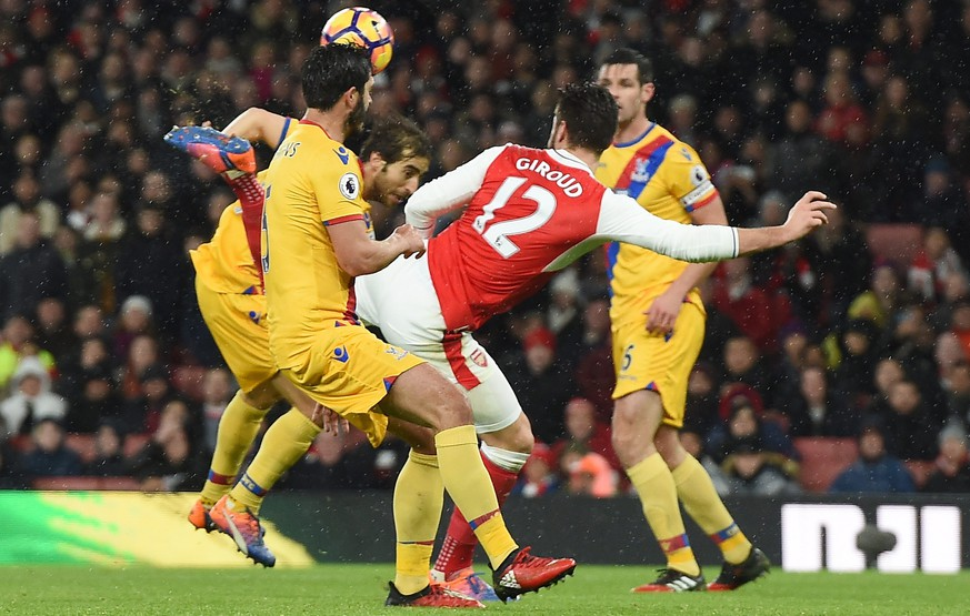 epa05694483 Arsenal's Olivier Giroud scores against Crystal Palace during an English Premier League soccer match at the Emirates Stadium in London, Britain, 01 January 2017.   EDITORIAL USE ONLY. No use with unauthorized audio, video, data, fixture lists, club/league logos or 'live' service. Online in-match use limited to 75 images, no video emulation. No use in betting, games or single club/league/player publications  EPA/ANDY RAIN