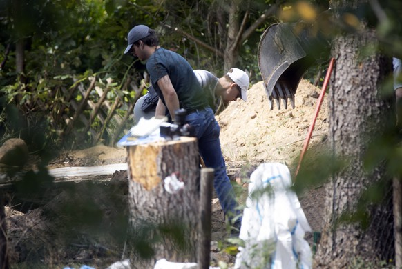 epa08570801 Police officers dig and search a garden plot in Hannover, northern Germany, 28 July 2020. Police are working on the site in relation to the investigation of the Madeleine ?Maddie? McCann case. The English child disappeared 03 May 2007, from a room where she slept with two twin brothers, in an apartment of a resort in Praia da Luz in the Algarve  EPA/JONAS NOLDEN