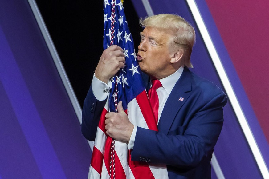 USW Jumbo US-Wahlen Donald Trump Joe Biden epa08260884 US President Donald J. Trump embraces the US flag after speaking to the 47th annual Conservative Political Action Conference (CPAC) at the Gaylord National Resort & Convention Center in National Harbor, Maryland, USA, 29 February 2020. The American Conservative Union's CPAC concludes on the same day. EPA/ERIK S. LESSER